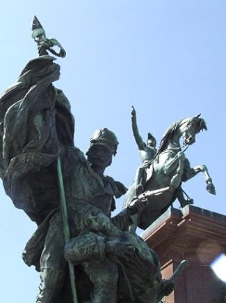 Podobných soch je v Buenos Aires habaděj