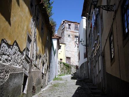 Porto je doslova prošpikováno úzkými uličkami