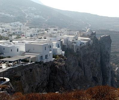 Město Chora na ostrově Folegandros...