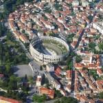 Poloostrov Istrie (Istria) – zelené borovice, modré moře a bílé skály