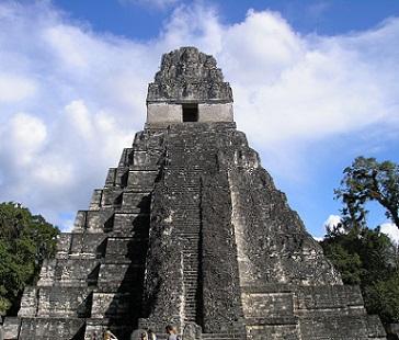 Pyramida ve guatemalském Tikalu...