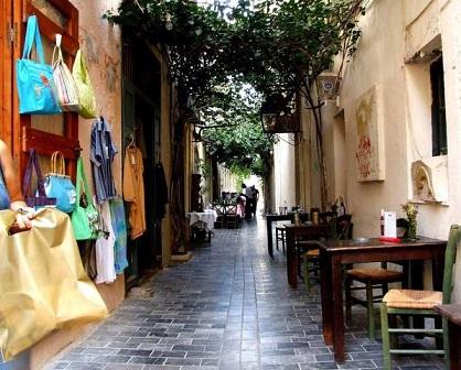 Rethymno nabízí množství úzkých uliček s obchůdky, kavárnami a restauracemi stavěnými v benátském a tureckém stylu
