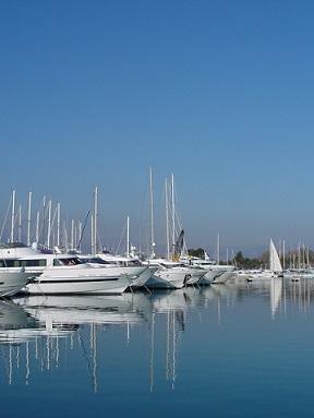 """V Cannes """"parkuje"""" mnoho luxusních yachet..."""